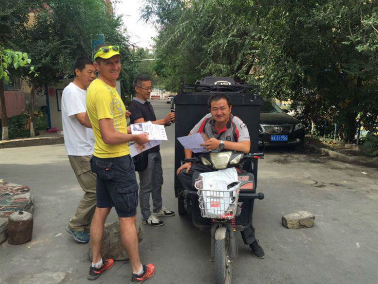 Leonard getting assistance from locals, many working 16 hours straight without stopping for food. Image via Facebook.